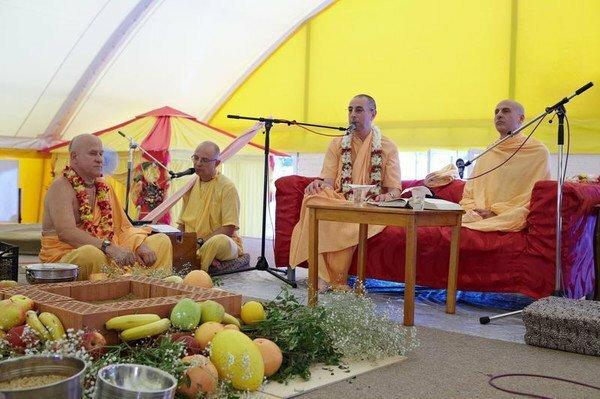 Москва, храм Харе Кришна, церемония посвящения в санньяси (полностью отреченный от мирской суеты образ жизни)