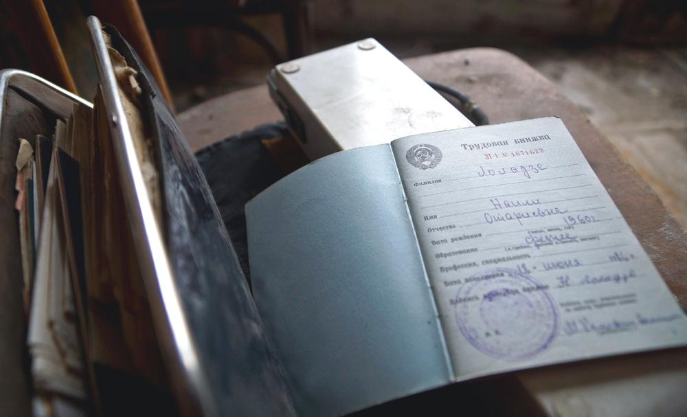 Люди уезжают из этого места в Тбилиси, в Россию, оставляя вещи и документы.