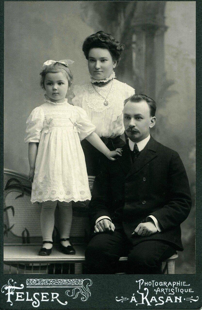 Варя Адоратская с родителями. Казань.