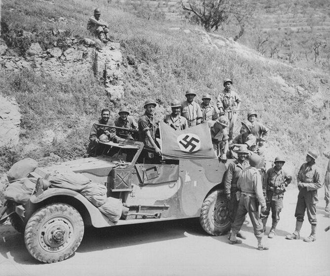 Французы с трофейным флагом. май 1944.jpg