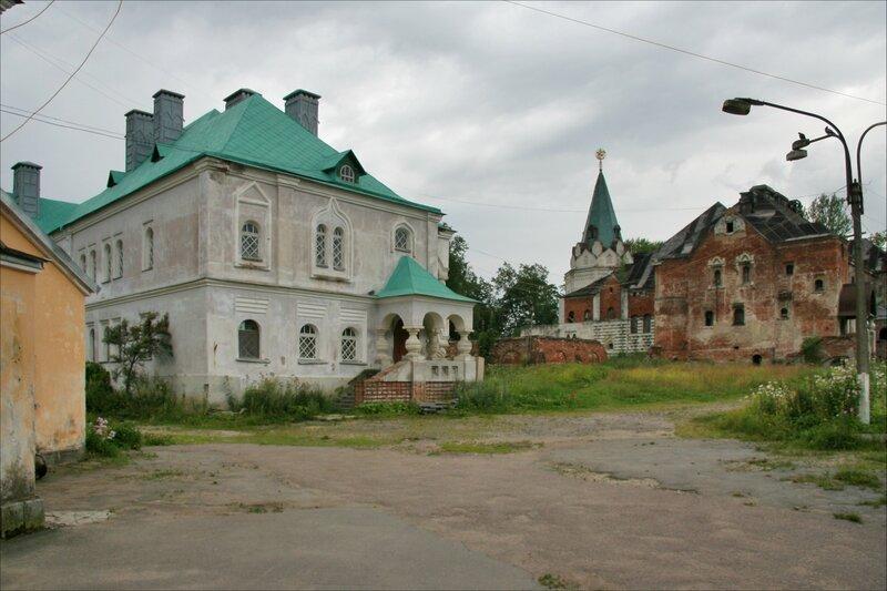Розовая и Трапезная палаты Федоровского городка, вид со двора