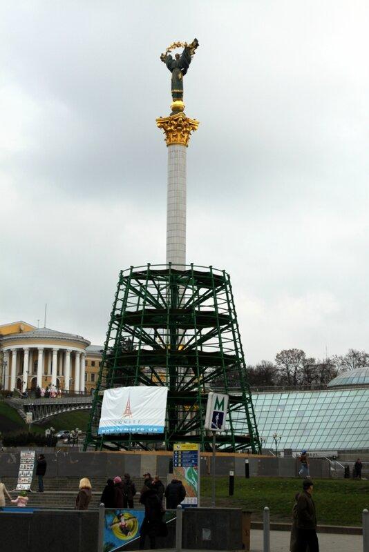 Ход монтажа главной елки Киева на 2 декабря