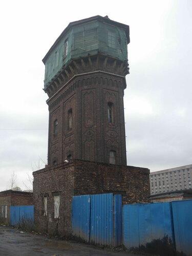 Фото 3. Старинная водонапорная башня со срубом в верхней части.
