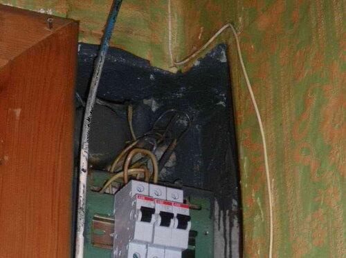 Фото 5. Верхняя часть ниши квартирного щита. Форма ниши такова, что квартирный щит фактически утоплен в угол. Тёмное пятно не является последствием электротехнической аварии (копотью), это краска.
