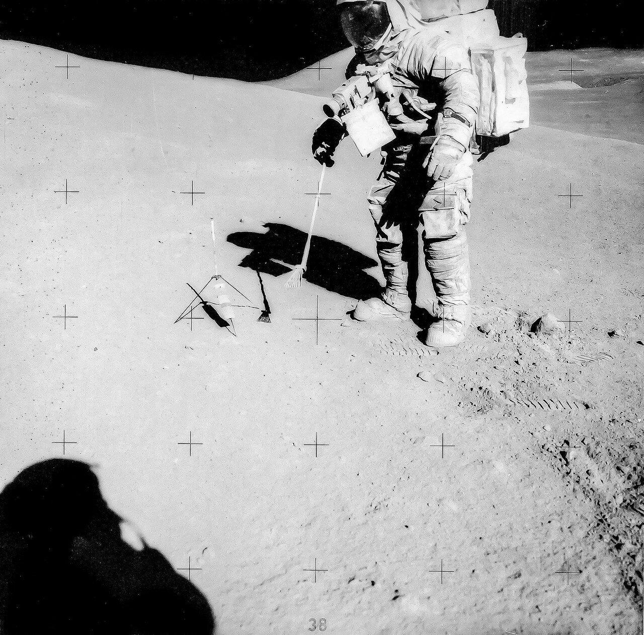 Астронавты собирали образцы камней и грунта, одновременно фотографируя и описывая те детали, которые не могла передать телевизионная картинка