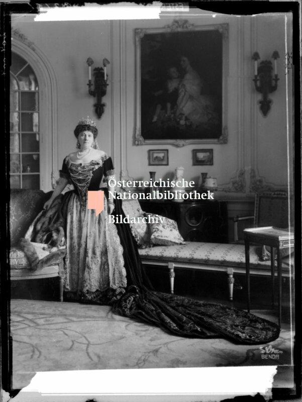 Irma Grдfin Andrassy in ihrer Krцnungsgarderobe
