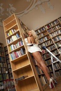 Эротическая фото сессия в румынской библиотеке 18+