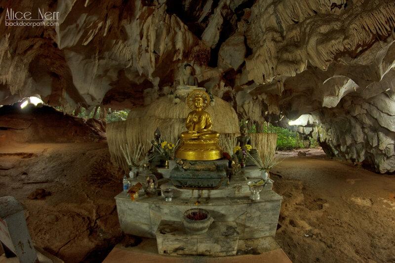 """статуя Будды под очень красивым """"потолком"""""""