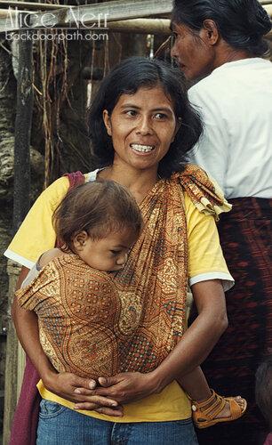 вот так носят детей в Индонезии