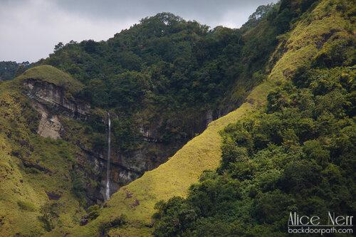 водопад по дороге от Энде к Мони, остров Флорес