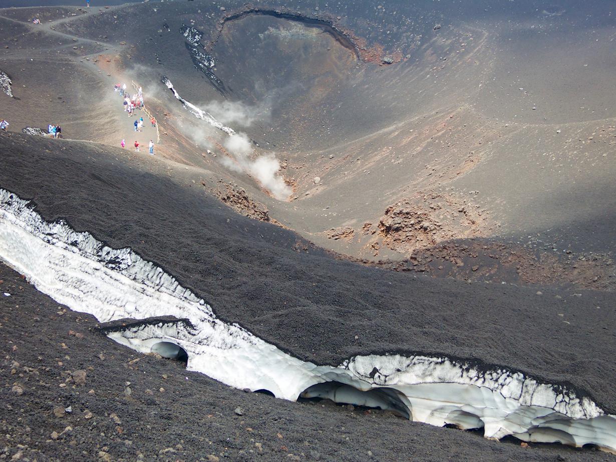 Италия. Сицилия. Стратовулкан Этна (3350 м над уровнем моря). Путешественникам предлагается три марш