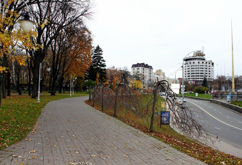 Аллея парка Славы и гостиница Салют
