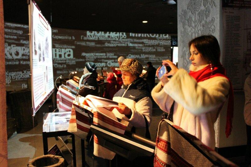 Посетители музея голодомора