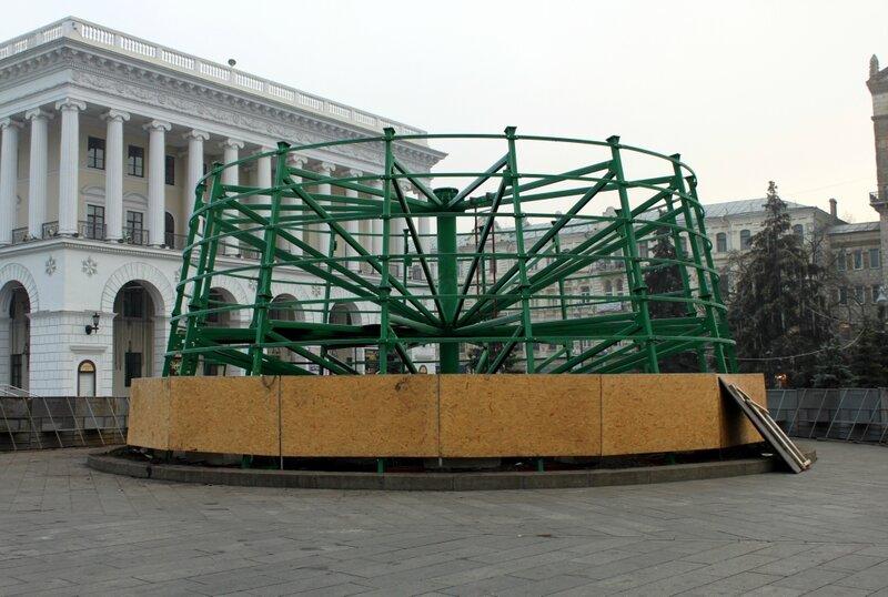 Монтаж главной елки Киева 2013