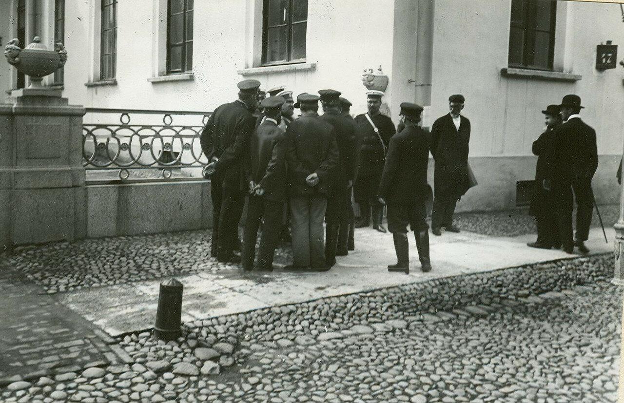 Депутаты Первой Государственной думы у Таврического дворца после роспуска думы