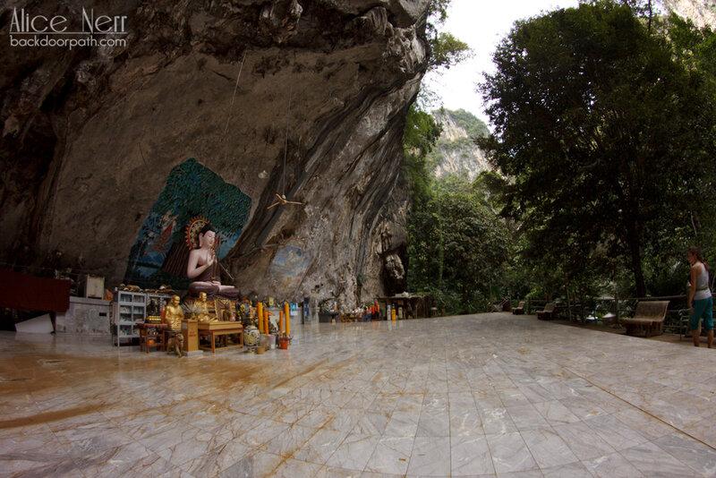 храм в скале со стороны парка tiger temple