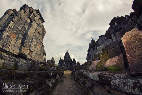 виды индуистского храма Прамбанан рядом с Джокьякартой на острове Ява в Индонезии