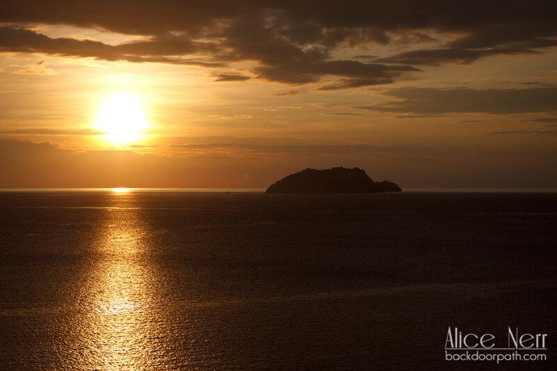 закат на море, остров Серайя, Индонезия