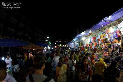 толпа на рынке в Краби-тауне во время лой кратонга