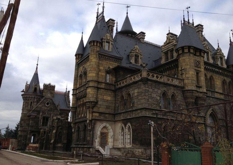 Замок современного барина в деревне Хрящевка
