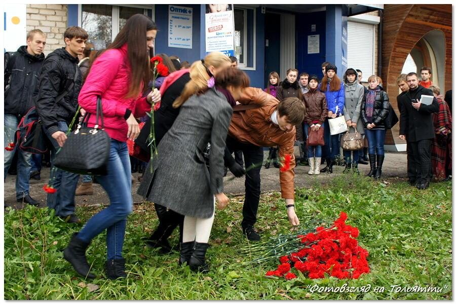 Возложение цветов на месте взрыва автобуса в Тольятти