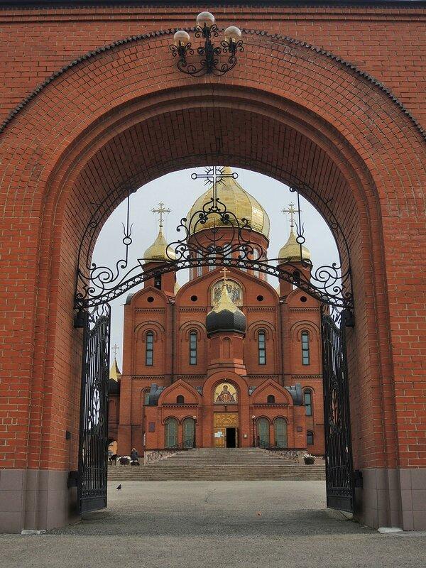 Вход в Знаменский кафедральный собор