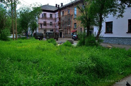 Фотография Инты №7836  Восточная сторона Социалистической 4 (продолжается ремонт фасада, начатый в прошлом году) 21.06.2015_14:50