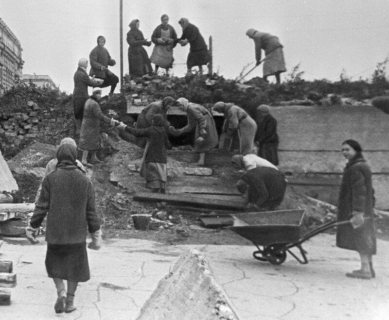 Жители блокадного Ленинграда на строительстве оборонительных сооружений