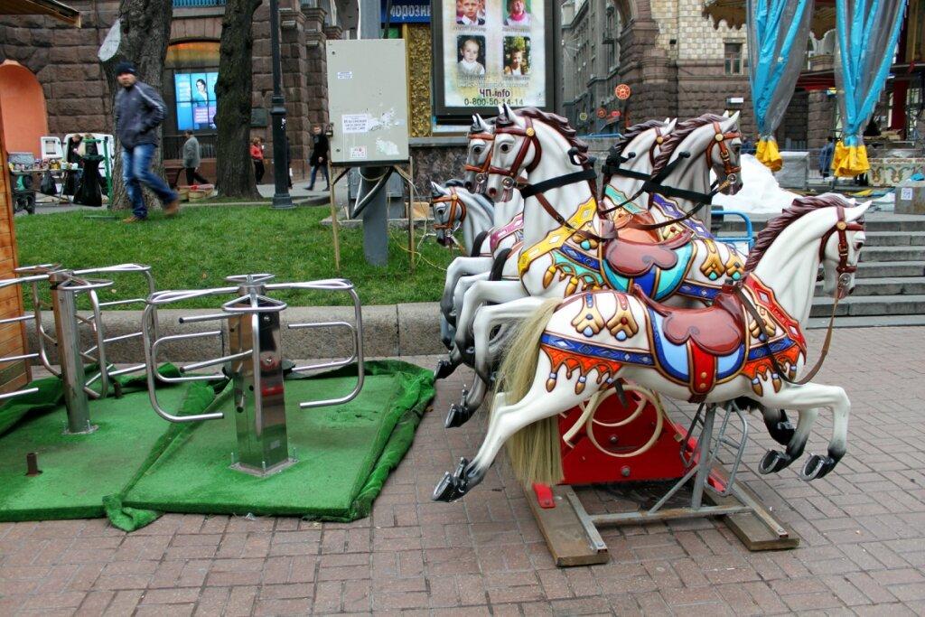 Карусельные лошадки в ожидании монтажа