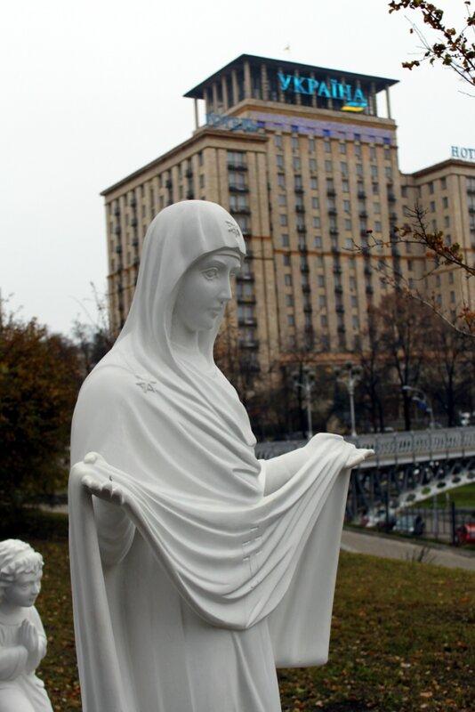 Фигура Богоматери под поклонным крестом