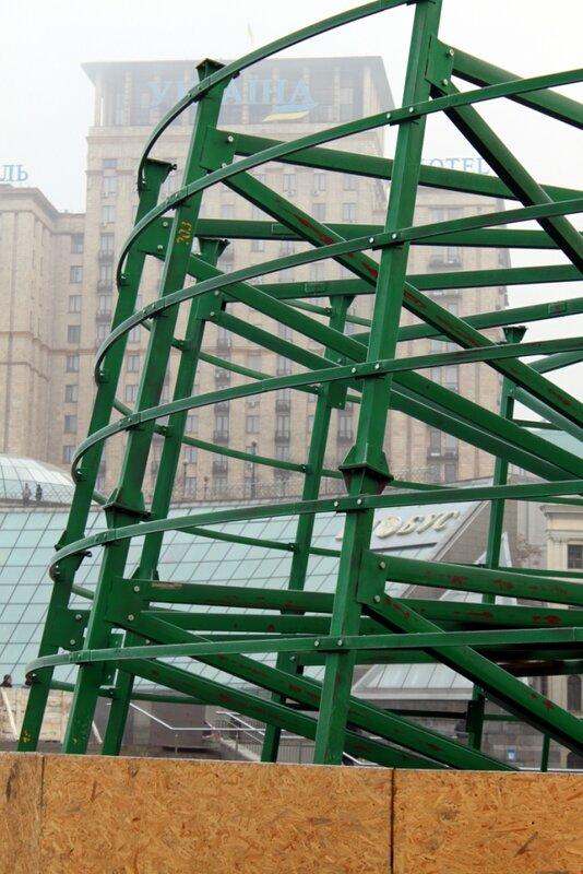 Крепление конструкций главной елки Киева 2013