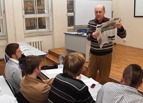 На фото Д. В. Жаворонкова  Анатолий Юркин обсуждает физиологизмы в свежем номере  газеты Невское время за 2012 год
