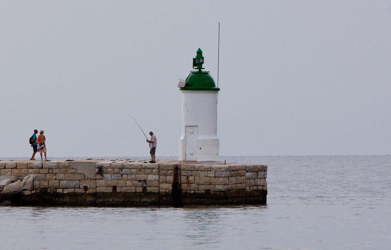 Маяк, рыбак и туристы в Порече