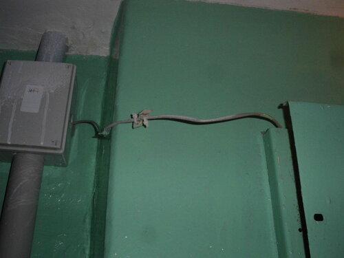 Фото 17. Интернет-провайдер внёс свою лепту в «дело» обезображивания этажного щита. Неужели нельзя проложить кабель аккуратно?!