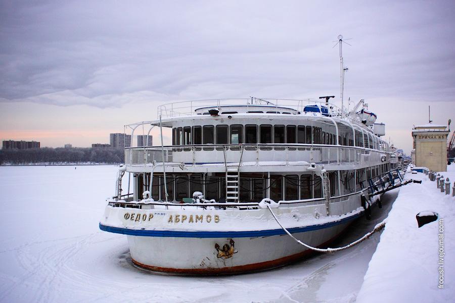 2 января 2010 года. Теплоход «Федор Абрамов» на зимнем отстое у причала Северного речного вокзала Москвы