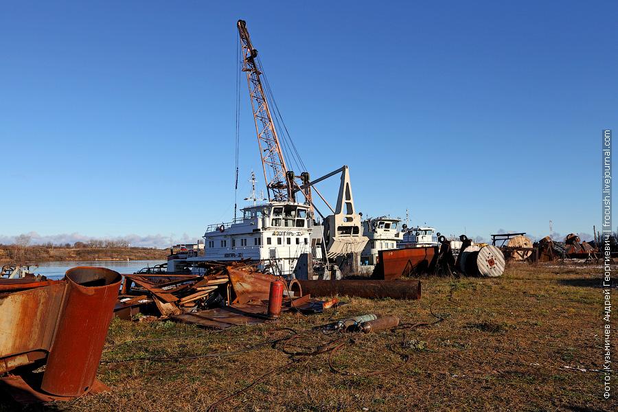 «Порт Кимры». Здесь на зимнем отстое: «Борис Марисов», «Волгарь-32», «КПЛ-89», «Речной-25»