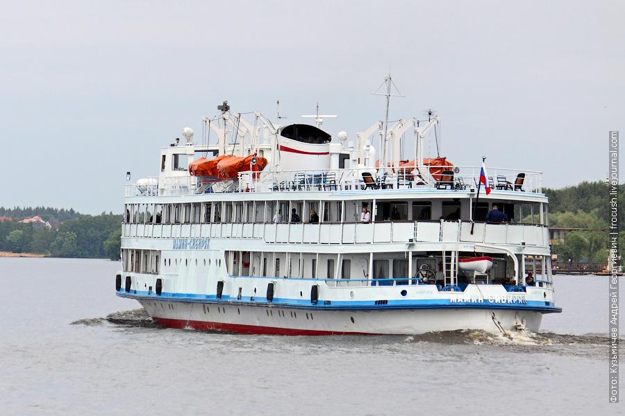 13 июня 2011 года 16:09. Теплоход «Мамин-Сибиряк» идет из Москвы по Клязьминскому водохранилищу