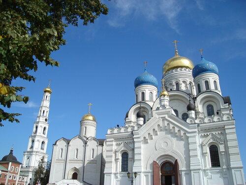 Колокольня, Никольский и Преображенский соборы Николо-Угрешского монастыря.