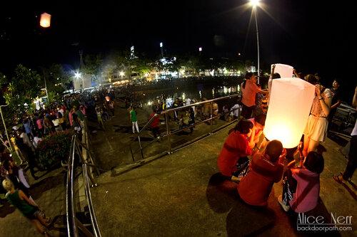 запуск фонарика в краби-тауне, loy kratong