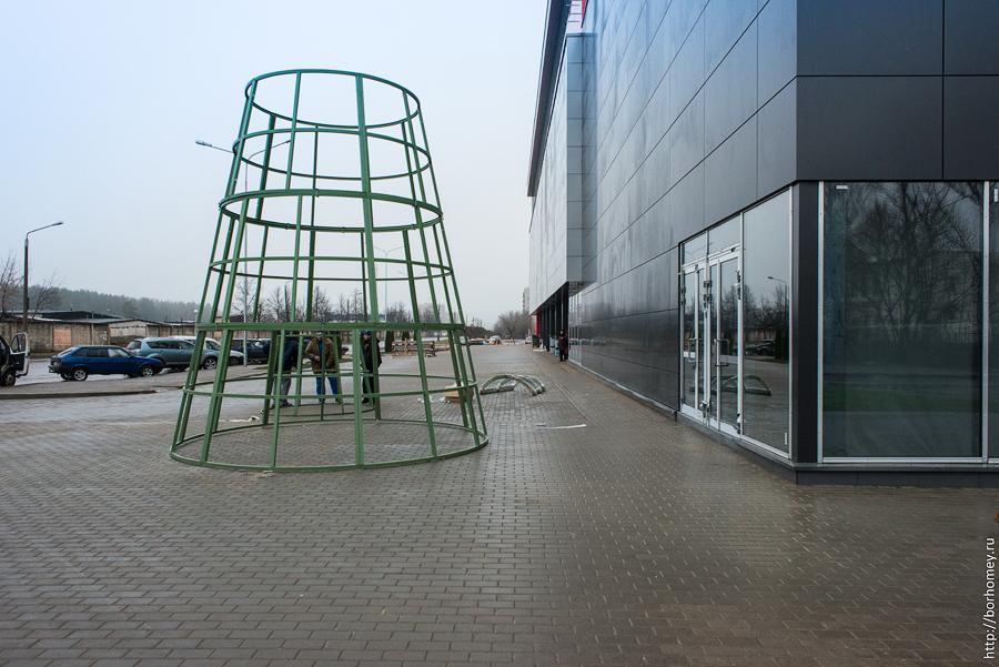 елка у нового торгового центра спар в сарове