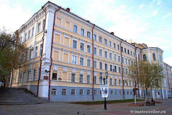 В этом оренбургском здании учился первый в мире летчик-космонавт Ю.А. Гагарин