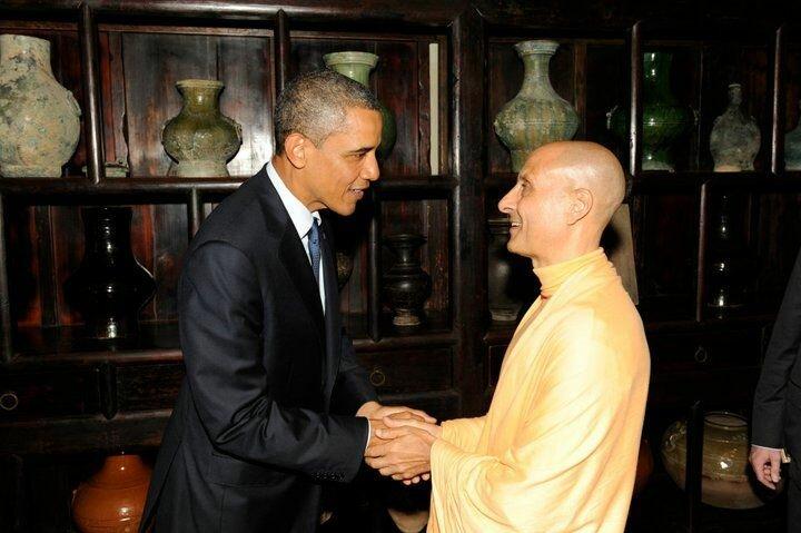 Его Святейшество Шрила Радханатха Свами Махарадж с 44м президентом США Бара́ком Хуссе́йном Оба́ма младшим
