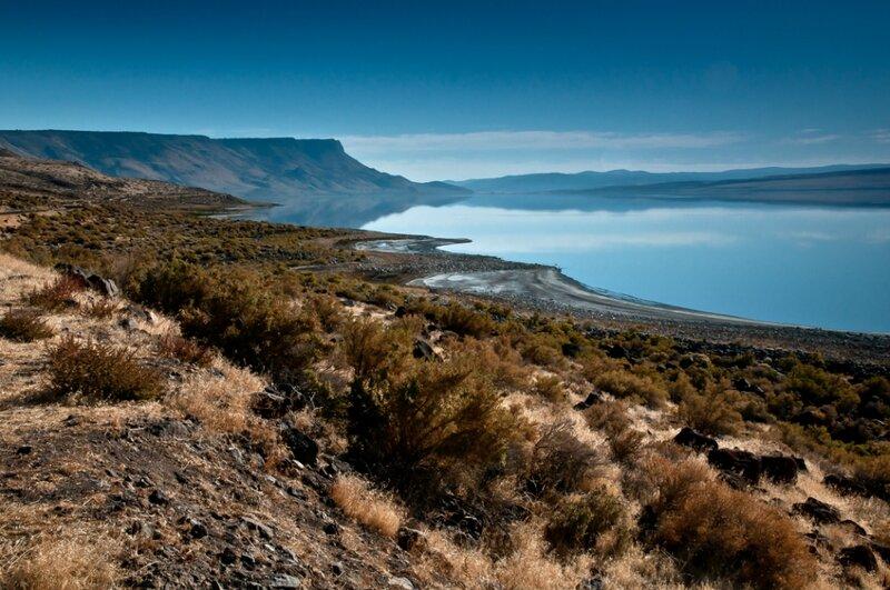 Соленое озеро, степь и горы