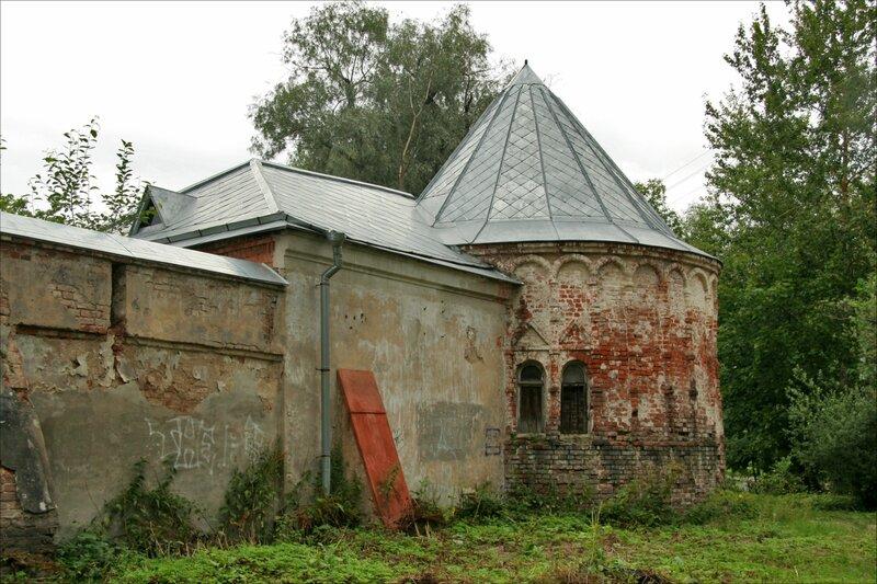 Угловая башня и служебные постройки Федоровского городка