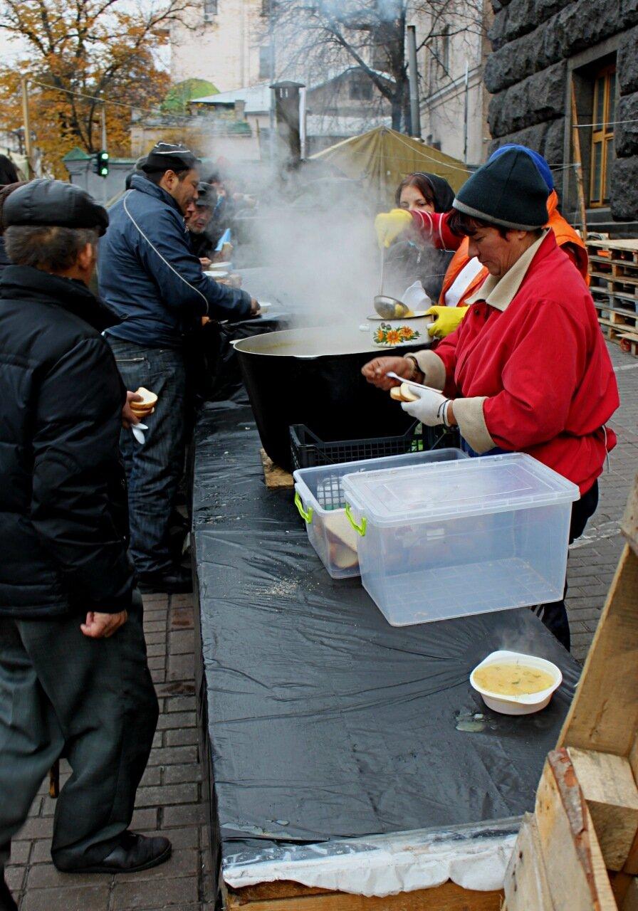 Раздача горячего питания под Кабмином