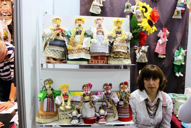 Стенд украинских кукол