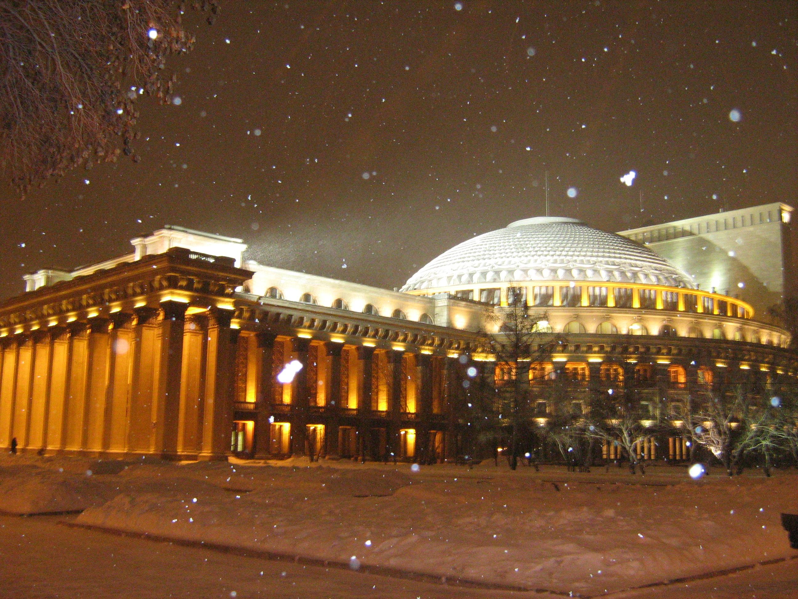 Новосибирский оперный театр, вечер, снег...