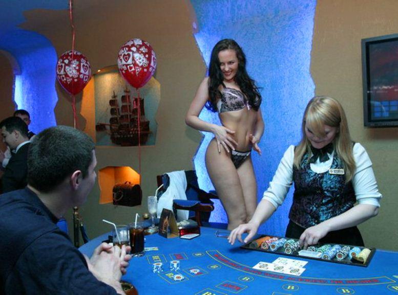 красивая женщина крупье в казино