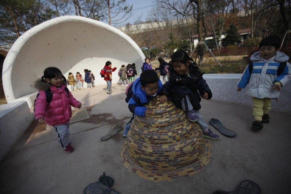 Дети играют у скульптуры в виде кучи экскрементов.