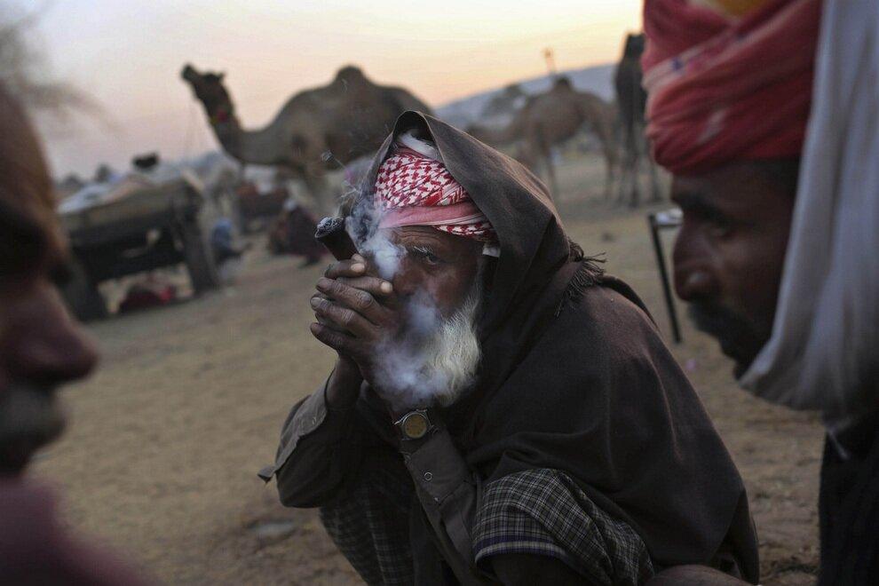 Старец курит марихуану в ожидании клиентов.